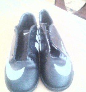 Продаю футбольные кросовки