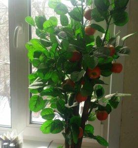 Искусственное дерево в яблоках