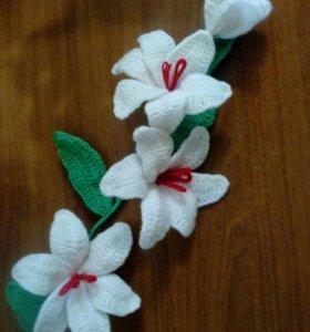 Вязаные лилии в наличии белые и красные