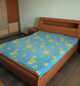 Кровать и две прикроватные тумбы б/у