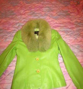 Кожаная куртка с меховым воротником.