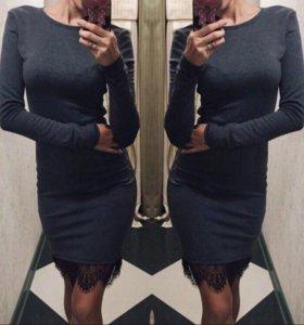 Серое платье с кружевом