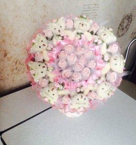 Букеты из мягких игрушек,конфет и воздушных шаров