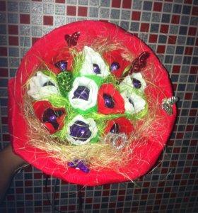 Праздничные букеты из конфет