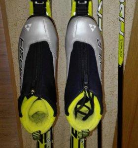 Лыжи, палочки , ботинки.