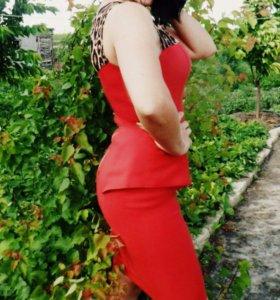 Платье красное, облегающее.