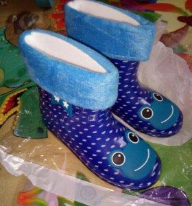 Новые резиновые сапоги для мальчика