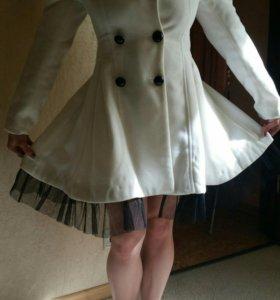 Белое легкое пальто