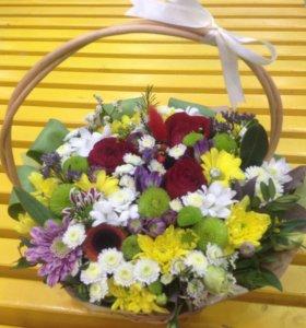 Живые цветы в корзиночке
