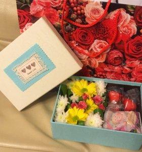 Коробочка с цветами и конфетами