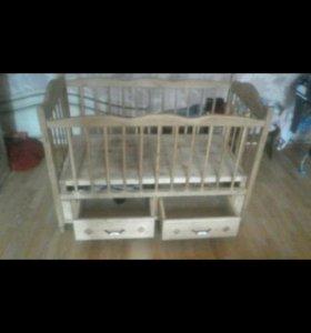 Детская кроватка из дерева с выдвижными ящиками