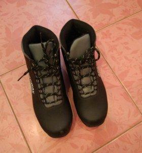 Ботинки лыжные с автоматическим креплением.