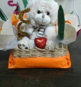 Корзинки с игрушками и цветы с конфетами