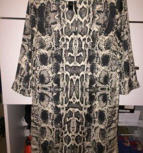 Платье-туника со змеиным принтом