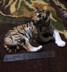 Фарфоровая статуэтка тигр