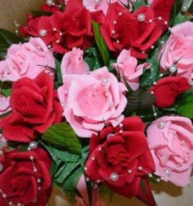 Корзина роз с конфетами