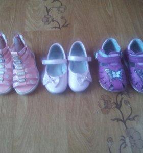 Продам 3 пары детских туфль