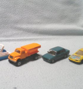 3 машинки и одна лодочка.
