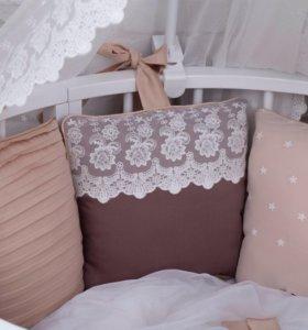 Бортики подушки с кружевом и декор строчками