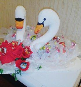 Лебеди из конфет