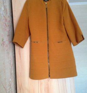 Межсезонное пальто фасона тренч