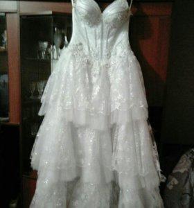 Свадебное платье, перчатки и фата.