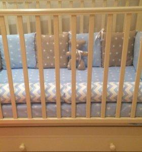 Бортики в детскую кроватку+простынь.