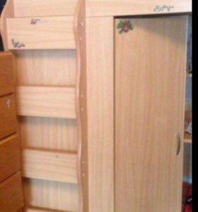 Детская кровать ,стол,шкаф