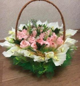 Композиция из цветов с конфетами
