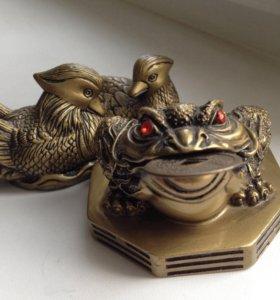 Уточки и жаба с монеткой