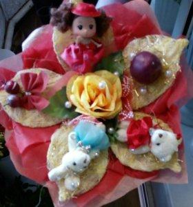 Букеты из цветов и игрушек