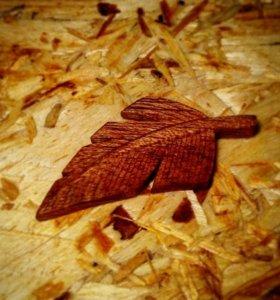 Резные броши и кулоны из дерева