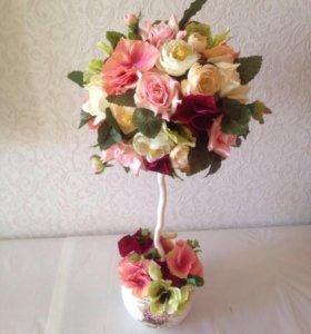Топиарий и бордовыми и розовыми цветами