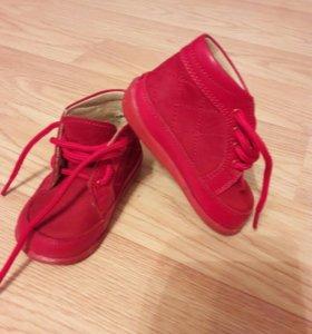 Красные детские ботиночки