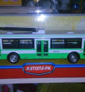 Новый металлический троллейбус