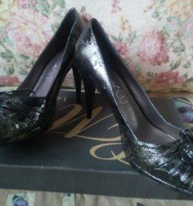 Новые кож.туфли черный с золотом, 39 размер