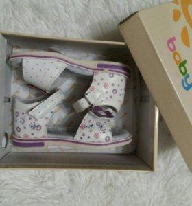 Продам новые детские сандалии
