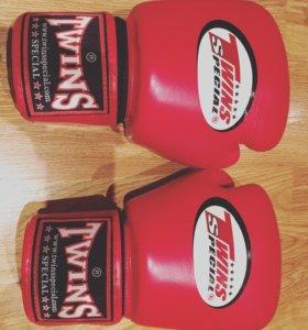 Боксерские перчатки с бинтами