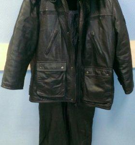 Комплект: кожаные куртка и комбинезон.