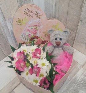 Коробка с живыми цветами и игрушкой ручной работы!