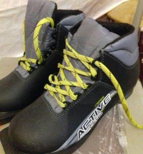 Новые лыжи и лыжные ботинки