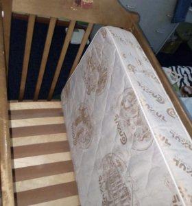 Кроватка с маятником и матрацем