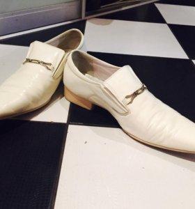 Мужские белые лакированные ботинки