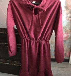 Платье цвета бардо