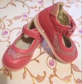 Туфли на девочку 23 размер.