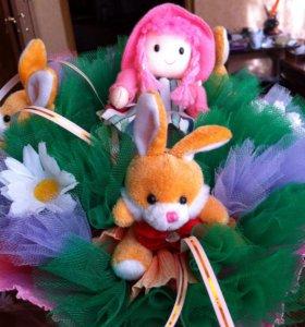 Букет из игрушек (куколка + 3 зайчика)