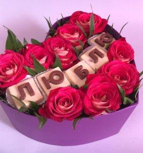 Коробка с цветами и конфетами из шоколада