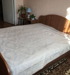Двуспальная кровать и 2 тумбочки