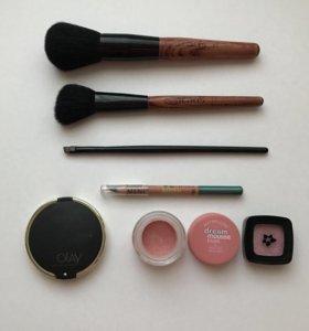 Кисть для макияжа и косметика зеркало