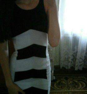 Платье черно-белое.